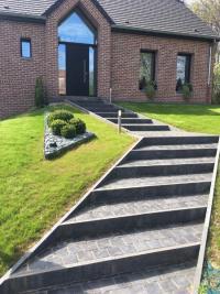 Escalier réalisé en pavés résine et pierre bleue,  mis en valeur par les espaces verts, secteur Jenlain